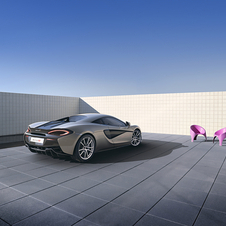 In terms of design the 570S keeps some key elements of the McLaren family look, such as the P1-derived front and rear lights