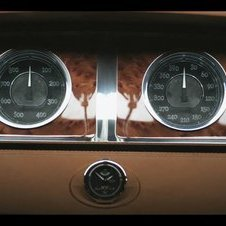 The power gauge returns from the Veyron and there is a 390km/h speedometer